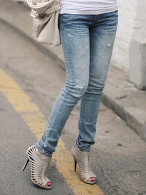 Мне нравится носить джинсы с босоножками на каблуке, туфлями на каблуке, балетками, ботинками, кроссовками, сапогами